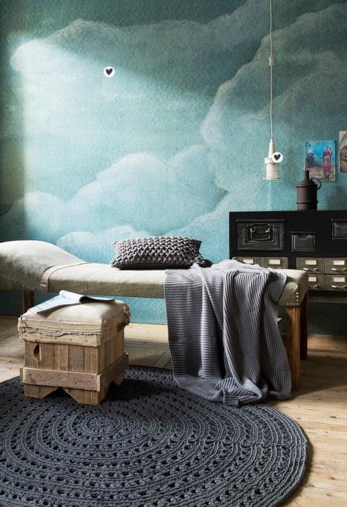 Antraciet, bruin, grijsblauw. Met het helderblauwe plaatje aan de muur als accent.