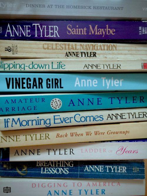Stapel boeken van Anne Tyler:zij geeft vaak woorden aan onbenoemde gevoelens