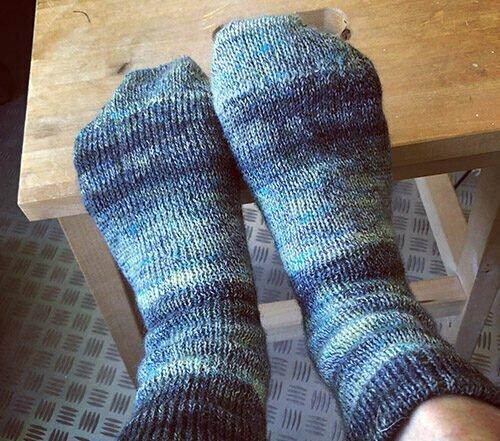 zelfgebreide sokken op de machine