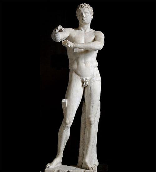 Grieks beeld van jonge man Apoxyomenos