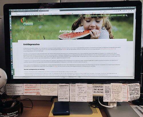 foto van een 27 inch scherm met schermbrede leesregels